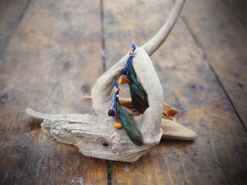 Boucles d'oreilles graines et plume émeraude